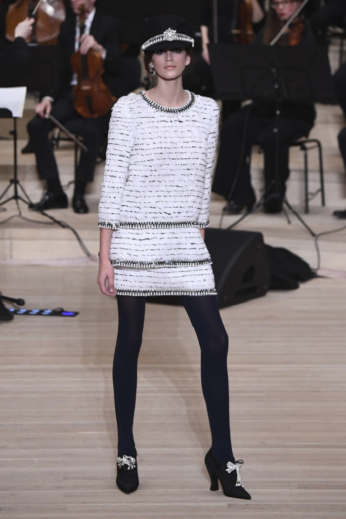 Chanel Métiers d'Art 2018 Show white tweed dress