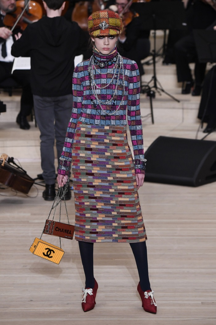 Chanel Métiers d'Art 2018 Show multicolored skirt turtleneck