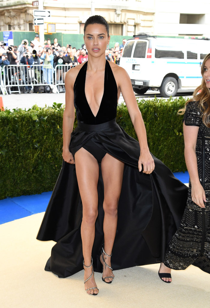 Celebrity-Dresses-Gulty-For-The-Most-Scandalous-Wardrobe-Malfunctions-Adriana-Lima