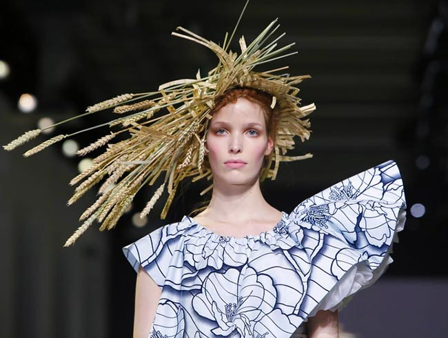 Spring 2015 Couture Accessories: Viktor & Rolf Couture Spring 2015 Headwear