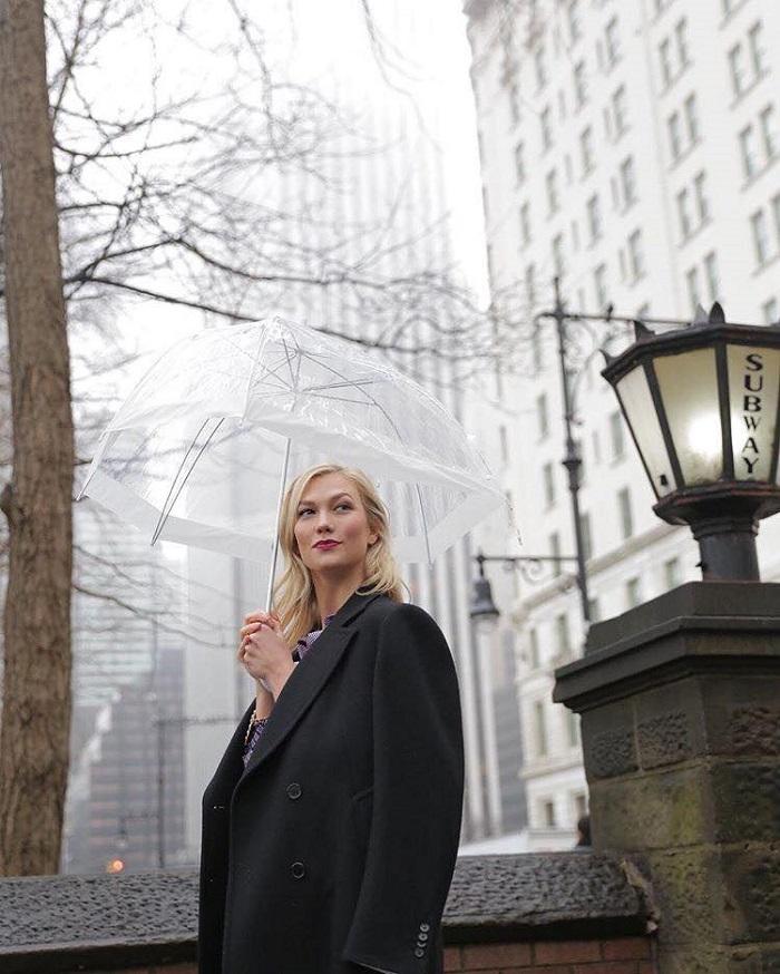 Karlie Kloss is Estée Lauder's New Ambassador black coat