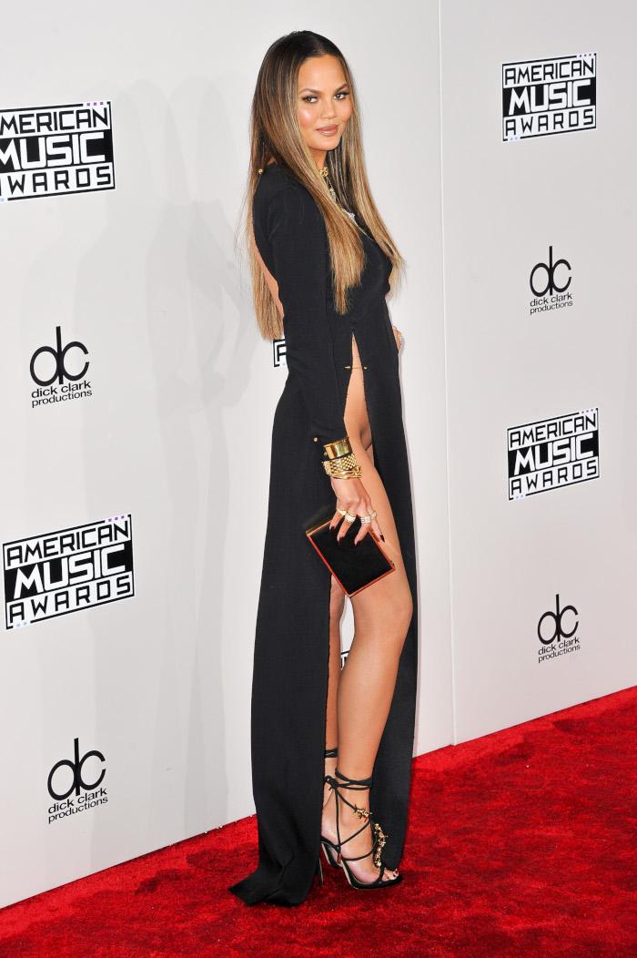 Celebrity-Dresses-Gulty-For-The-Most-Scandalous-Wardrobe-Malfunctions-Chrissy-Teigen