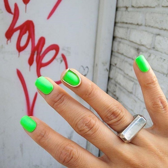 Neon-Nail-Designs-To-Finish-Off-Summer-With-Style green neon nails